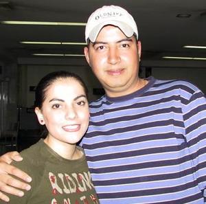 <b> <u> 13 de abril </b></u>  <p>  Para gozar de unas vacaciones, viajaron a México, Elías Farichala y Brenda Montañez
