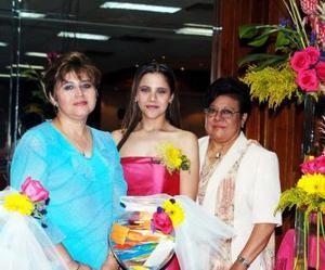Ana Sofía Rosas Martínez junto a las organizadoras del festejo, señoras María Guadalupe Martínez de Rosas y Laura Elena Garza de Guerra