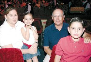 Juan Carrasco Montero y María Ángeles de Carrasco con sus hijos Laura y Sergio.