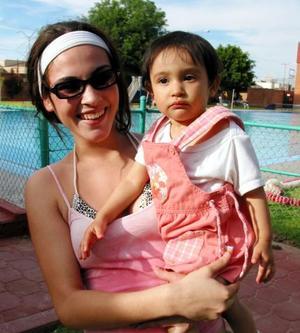 Karina Rodríguez en compañia de su sobrina Luciana Vázquez.