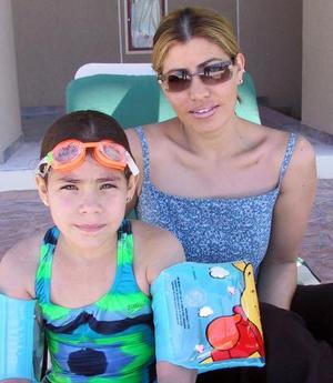 Grecia Natalia Gómez Ramírez y Yolanda Ramírez de Gómez.