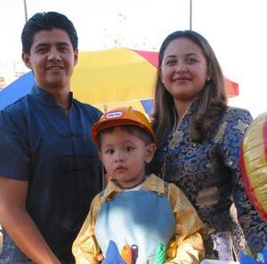 Christian Bustos Ramos acompañado de sus papás, Nelly Ramos de Bustos y Eduardo Bustos Rangel, en el convivio que le organizaron por su cumpleaños.