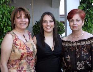 Mónica Eugenia Martínez Zepeda fue agasajada con un festejo pre nupcial, ofrecido por María Eugenia Zepeda de Martínez y Dolores Carrillo de Mendía.
