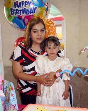 Dana Borrego en la fiesta de su tercer cumpleaños, junto a su mamá Paty de Borrego.