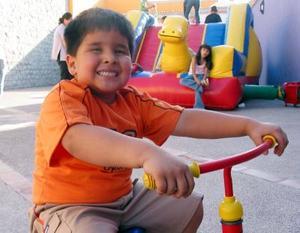 Eduardo Moreno Soto, captado en una divertida piñata.