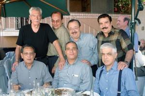 Alejandro Peréz de la Vega acompañado por un grupo de amigos, en su fiesta de cumpleaños.
