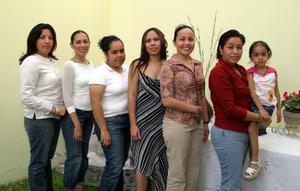Brenda Elvira Zapata Tinoco rodeada por un grupo de amistades, en el festejo pre nupcial que le ofrecieron en días pasados.