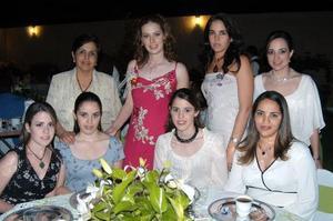 Claudia Mendiola Rodríguez en su fiesta de despedida acompañada por Claudia Martínez, Esther Garza, Lucila Hernández, Sofía González, Margarita Martínez, Bárbara Martínez y Brenda Garza.