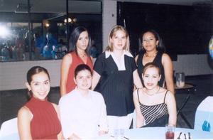 Katherine Manson de Silva acompañada de sus amigas, en la fiesta de regalos que le ofreceron.