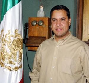 <u><b>16 de abril </b></u><p> Carlos Moreno exhibió su coleccón de antigüedades en sus negocios de café