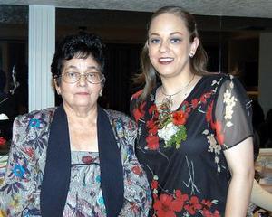 Blanca Flor Rodríguez López en la despedida de soltera que le  ofreció su futura suegra, señora Juanita de Hernández