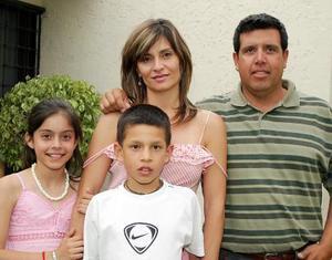 Arlette Abularach de Ortiz festejó su cumpleaños con una agradable reunión, en la que estuvo acompañada de su esposo, Ramiro Ortiz Villarreal y sus hijos, Arlette y Ramiro Ortiz.