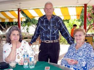 María Guadalupe Montes de Ojeda y José Ojeda, llegaron de Querétaro para visitar a Marissa de Bellesteros en la bella Comarca Lagunera.