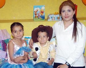 Alejandra y Ulises Padilla García, captados el día que celebraron su quinto y cuarto cumpleaños, respectivamente, acompañados de su mamá Alejandra García de Padilla.