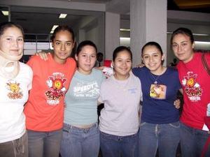 <b> <u> 17 de abril </b></u>  <p> Ana Laura Zamitiz y Estela Díaz fueron despedidas por Mirna, Margarita, Guadalupe y Ana, antes de regresar a Puebla.