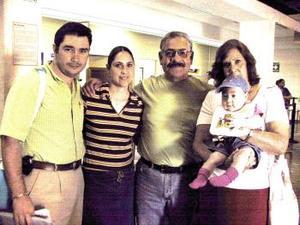<b> <u> 19 de abril </b></u>  <p> Salvador, Sonia y Sofía Montfort viajaron a Honduras, los despidieron los  señores Benjamín y Elena Castro.