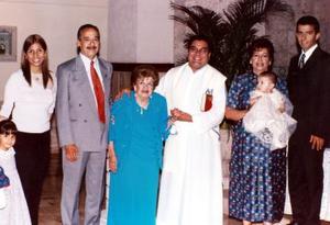 En la parroquia de San Pedro Apóstol, el día tres de abril de 2004, recibió las aguas bautismales de manos del R.P. Gerardo Zataráin el niño Roberto Gerardo Ramírez Alcalá.