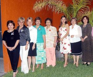 <u><b> 18 de abril </u> </b><p> Montserrat Gaucín Hernández acompañada por las integrantes del   Club de Jardinería Jardín, quienes le ofrecieron una despedida de soltera.