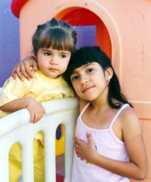 Aracely y Stephanie Montelongo González, captadas en un divertido festejo infantil.