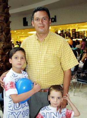 José Roberto y Ricardo con su papá, Roberto Escalante.