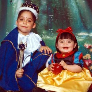 Joshep y Angie Pámanes Mélendez, captados en una fotografía de estudio con motivo del día del niño.