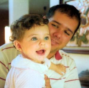 La pequeña Aydin Regalado Híjar captado junto a su papá, Luis Ernesto Regalado Plata, en pasado festejo familiar.
