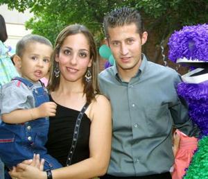 Marco Andrés Burgos Camarillo acompañado de sus papás, Marco Antonio  Burgos Márquez y Pamela Camarillo de Burgos, en la fiesta que le ofrecieron con motivo de su segundo cumpleaños.