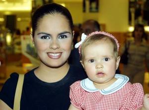 Reginita Lavín Duarte con su mamá, Norma Duarte de Lavín.
