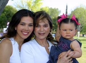 Sofía Gutiérrez festejó su primer cumpleaños en compañia de sun mamá, Lorena González de Gutiérrez y de su abuelita, María Emilia Salinas.
