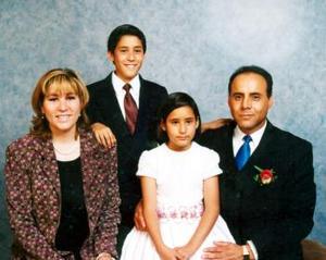 Alonso Gutiérrez Bravo y Mayela Márquez de Gutiérrez con sus hijos Alfonso y Mayela, asistentes al banquete de boda de Flavio César de Robles Valenzuela y Sandra Verónica Mesta Márquez.