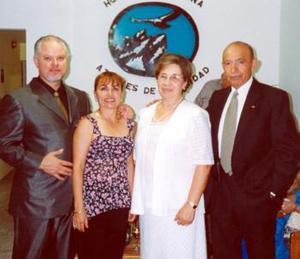 José Ruiz Hernández, Carina Mier de Ruiz, Elena Gallegos de Hernández y Javier Hernández Díaz, captados mientras disfrutaban de pasado acto social.