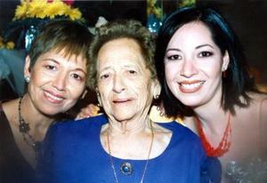 Ada Sonia Flores Rincón junto a su mamá, Sonia Rincón de Flores y su abuelita, Esperanza Castañeda Vda. de Rincón, en el festejo pre  nupcial que le ofrecieron por su matrimonio con Miguel Ángel Vera Urista.