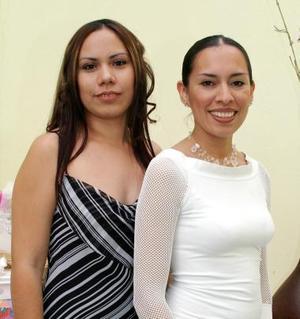 Brenda Elvira Zapata Tinoco con su hermana Adriana Zapata de Padilla, en la fiesta de despedida que le organizó por su cercano enlace con Iván Figueroa Aldape.