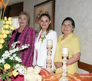 Hortencia de León viuda de García y Ana María Solís de Rodríguez, organizadoras del festejo, las acompaña la futura novia.