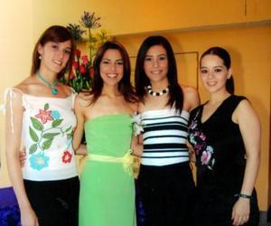 Mónica Martínez Tatay con sus amigos Cristina Sánchez, Gabriela Barrón y Lulu Álvarez de Jaidar, en su primera despedida de soltera.