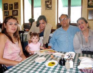 Jéssica Esparza, Ana Laura Martínez Novelo, Sr. Esparza, Sra Novelo y la niña Andrea Sofía.