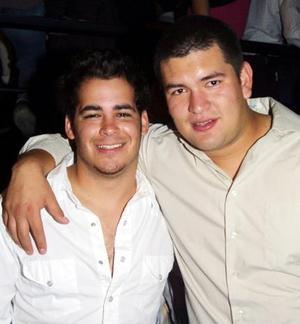 Pedro Malacara y Aldo Verástegui, captados en conocido lugar de la localidad.