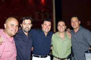 Adrián González, Héctor Cumplido, Rodolfo Duchanoy; Mauricio Duchanoy y Édgar Picaso, en una reunión de amigos.