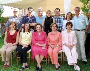 Sra. Yolanda Attolini de Estrada con once de sus hijos.