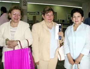 Diana Rivera de Díaz regresó al DF y fue despedida por Norma y Dulce Rivera.