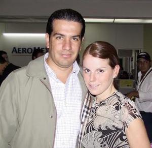 <b> <u> 20 de abril </b></u>  <p> Omar Álvarez y Guadalupe Estrada viajaron con destino al Distrito Federal.