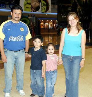Juan Manuel  y Amariza Vera con sus hijos, Juan Manuel y Amariza.