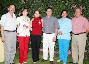 Alfredo Garza Martínez y Claudia Robles Heimpel acompañados por sus papás, Javier Robles Puga y Yolanda Heimpel de Robles; Alfredo Garza de la Rosa y Esther Martínez de Garza, en una de sus últimas despedidas de solteros.