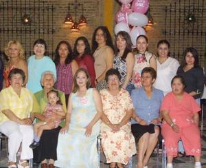 <u><b> 21 de abril </u> </b><p>  María del Carmen González de Aranda en compañia de algunas de las asistentes a la fiesta de canastilla que le ofrecieron en honor del bebë que espera.