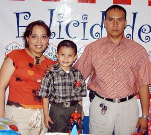 Edson López Rodríguez con sus papas, Edith Rodríguez de López Amaya, en la fiesta de cumpleaños que le organizaron en días pasados.