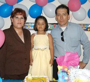 Perla del Rocío Chávez Mendoza en compañia de sus papás, Sofía Mendoza Moreno y Alejandro Chávez Arredondo, en la fiesta de cumpleaños que le ofrecieron en días pasados.