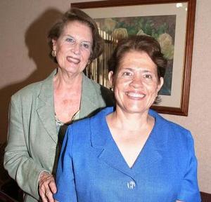 Agnes M. de Perusquisa acompañada de su hija, Lydia Ávila de Olvera, en la fiesta de bienvenida que le ofreció con motivo de su llegada de la ciudad de Celaya, Guanajuato.