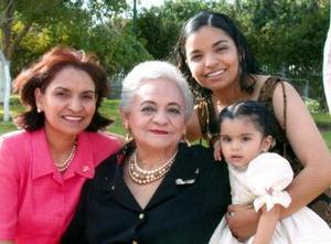 Celia Polendo de Santacruz celebró su cumpleaños en compañia de sus hijas, Hilda, Gina y Camila.