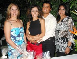 <u><b>21 de abril </b></u><p> Marco César Ramos López y Miriam Soraya Mendoza Soto, en compañia de las organizadoras de su despedida de solteros, con motivo de su cercano enlace.