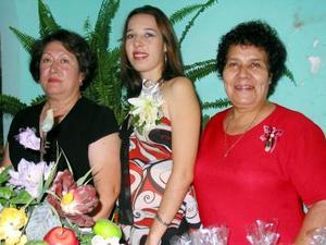 Amparo Cristina Huereca Silva, en compañia de las organizadoras de su despedida de soltera, señoras Amparo Silva y Leticia Gpnzález.